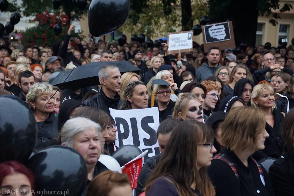 Zdjęcie numer 20 w galerii - Czarny protest w Zielonej Górze: