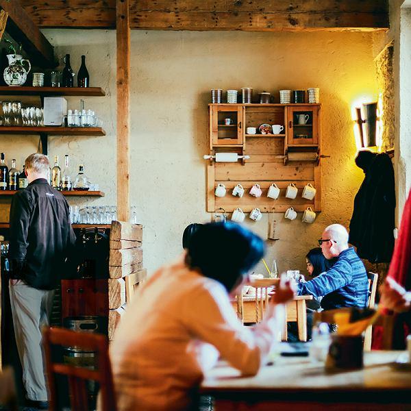 Czesi są bardzo towarzyscy, lubią się spotkać, ale nie w domach tylko naneutralnym gruncie (na zdjęciu Praga, restauracja przy klasztorze naStrahovie).