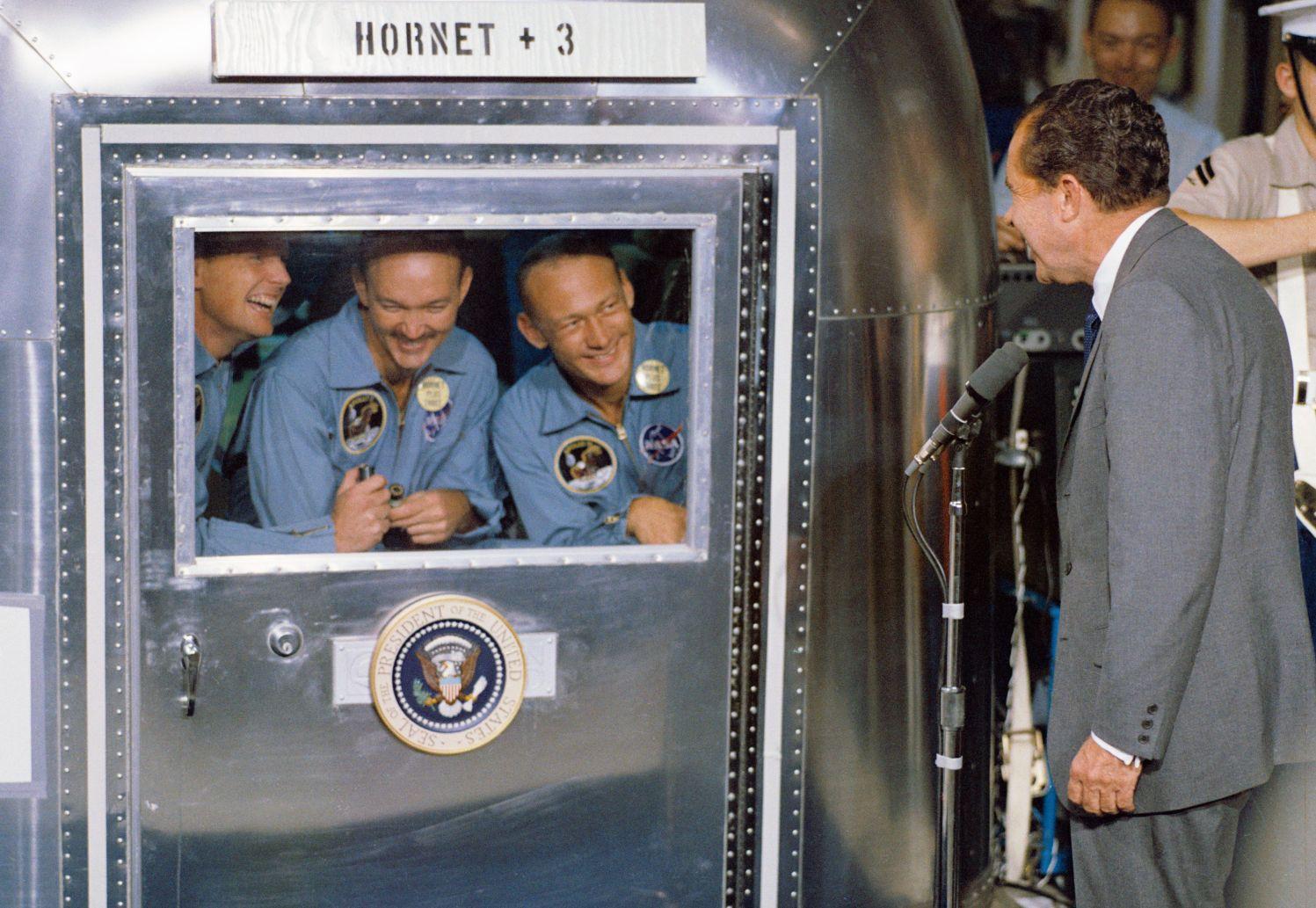 Neil A. Armstrong, Michael Collins i Buzz Aldrin na spotkaniu z prezydentem Nixonem w czasie kwarantanny po powrocie z księżyca (fot. nasa.gov / domena publiczna)