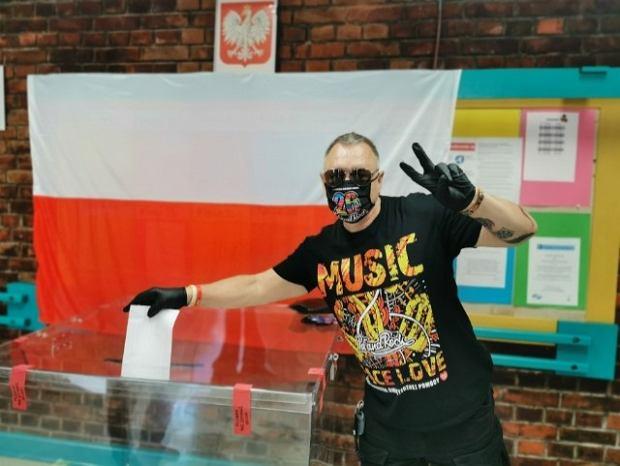 Jerzy Owsiak podczas głosowania. Wybory prezydenckie 2020 r.