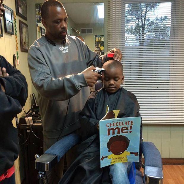 Dzieci czytają u fryzjera - dostają 2 dolary, które mogą sobie odłożyć