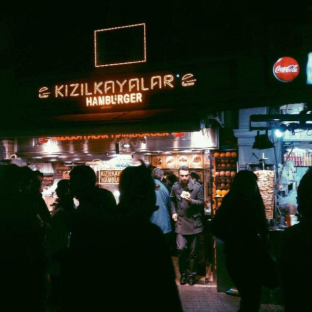 Knajpka z ?mokrymi? burgerami na placu Taksim.