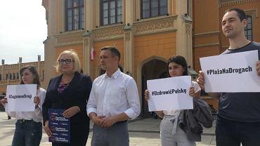 Posłowie Aldona Młyńczak i Michał Jaros wyliczali 'klęski drogowe' PiS.