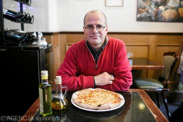 Roberto Polce ocenia pizzę w jednym z lokali na Głównym Mieście. - To pizza typowo neapolitańska. Całkiem smaczna, ale do prawdziwej, włoskiej nieco jej jeszcze brakuje.