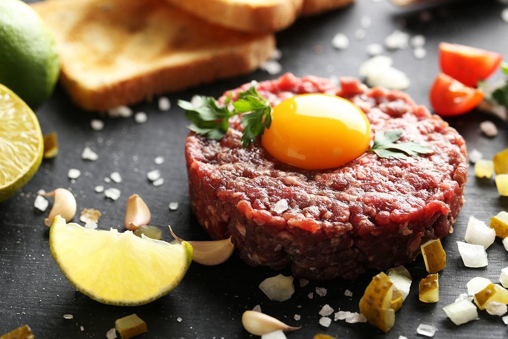 Tatar wołowy to tradycyjna wersja tej potrawy. Zdjęcie ilustracyjne