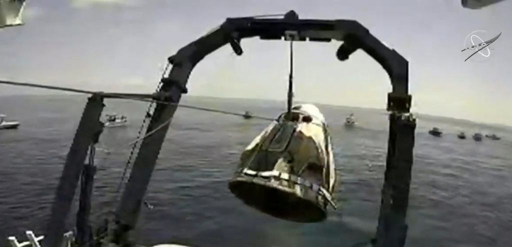 Kapsuła Crew Dragon wyciągana na pokład statku ratowniczego SpaceX Go Navigator