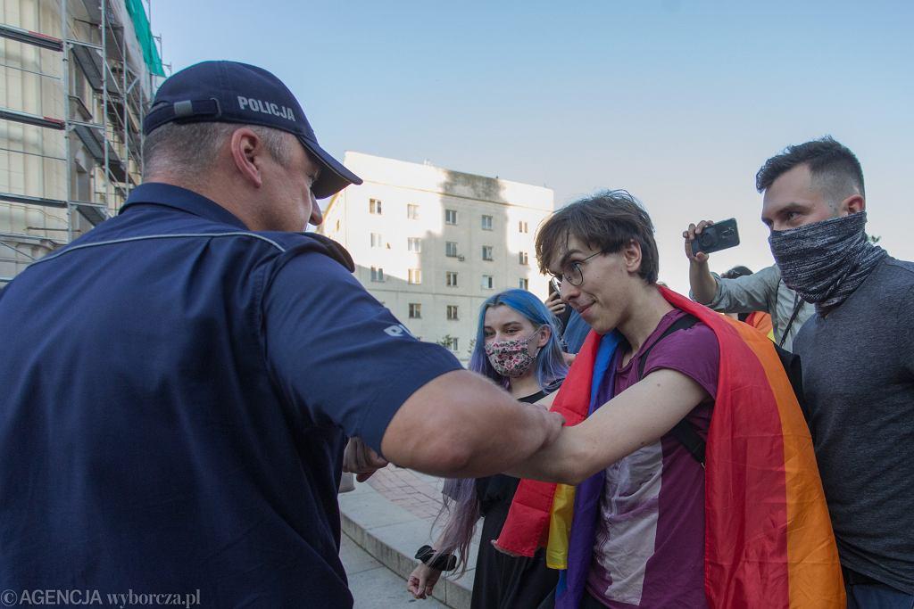 Blokada aresztowania aktywistki KPH. Margot i Łania z kolektywu Stop Bzdurom