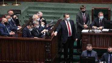 Członkowie rządu podczas posiedzenia Sejmu 23 czerwca 2021. Na zdjęciu: Przemysław Czarnek przed wejściem na mównicę