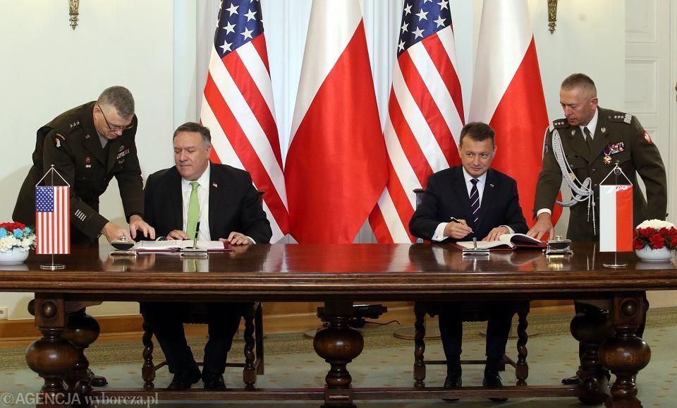 15.08.2020, Warszawa, Pałac Prezydencki, sekretarz Stanu USA Mike Pompeo i minister obrony narodowej Mariusz Błaszczak podpisują układ o wzmocnieniu współpracy wojskowej między USA a Polską.