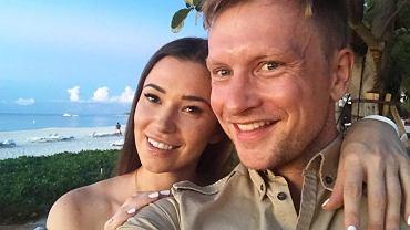 """Kuba Wesołowski z żoną świętują rocznicę ślubu. Na tym zdjęciu wyglądają jak z bajki. """"Bez ciebie życie byłoby nudne"""""""