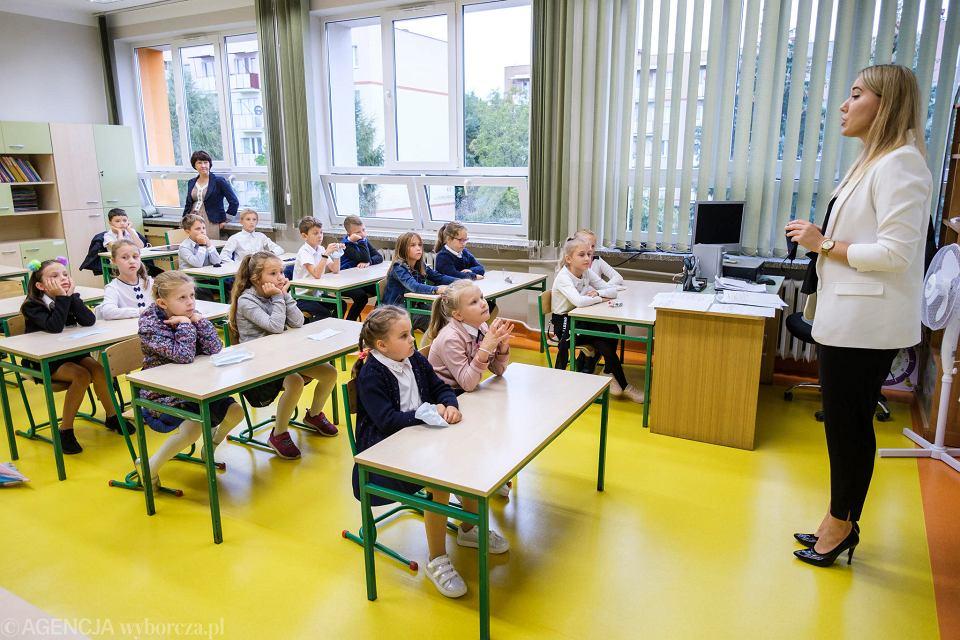 Koronawirus w szkole. Kontrowersyjne oświadczenia 'akceptuję zarażenie Covidem-19' nie znikają ze stron szkół i przedszkoli. Mimo, że ich podpisywanie nie jest prawnie wiążące.