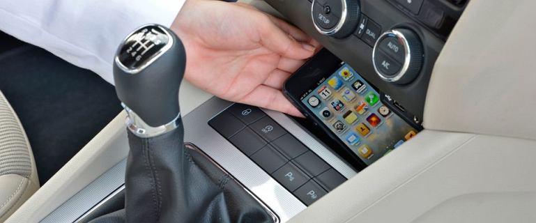 Skończy się używanie telefonów podczas jazdy. Kamery wychwycą urządzenia w dłoniach kierowców