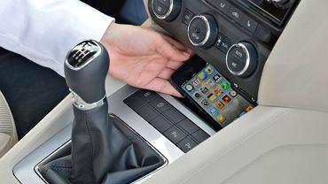 Jeśli musisz skorzystać z telefonu, zatrzymaj samochód w bezpiecznym miejscu   lub poproś pasażera o odebranie czy wykonanie rozmowy.