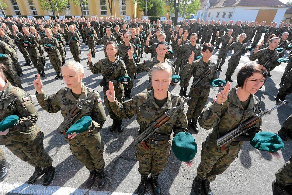 spotyka się z kobietą w wojsku
