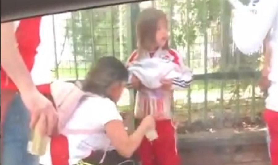 Kobieta, która przyklejała race do ciała swojej córki, została zatrzymana