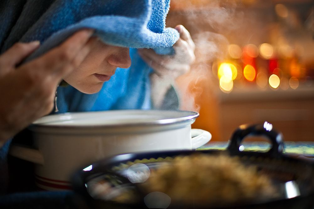 Najlepszym z domowych sposób na pozbycie się kaszlu są inhalacje. Do ich wykonania potrzebny jest ręcznik, miska z ciepłą, przegotowaną wodą z kilka kropli olejku eterycznego