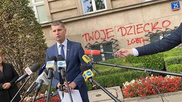 Konferencja prasowa ministra edukacji narodowej Dariusza Piontkowskiego po wymalowaniu nocą na gmachu MEN imion prześladowanych dzieci LGBT, które z tego powodu popełniły samobójstwo