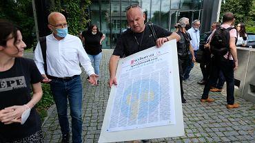 Protest dziennikarzy pod Sejmem i złożenie podpisów w obronie TVN