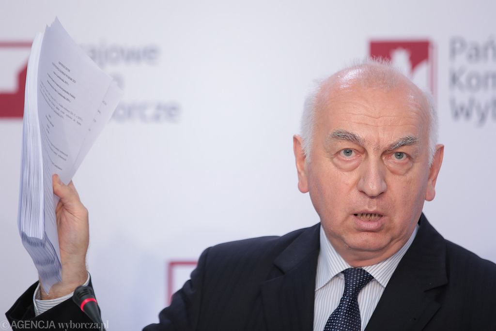 Wiesław Kozielewicz podczas konferencji prasowej PKW ws ostatecznych wyników wyborów parlamentarnych.