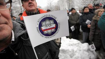 Pikieta byłych funkcjonariuszy PRL, którzy nie zgadzają się z obniżeniem emerytur dla byłych pracowników SB , milicji i innych służb PRL. Warszawa, 2 grudnia 2016