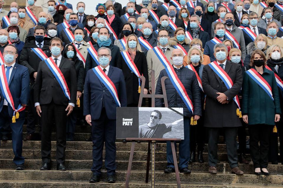 Francuscy parlamentarzyści oddają hołd Samuelowi  Paty'emu - nauczycielowi zamordowanemu przez islamskiego fanatyka. Paryż, 20 października 2020 r.