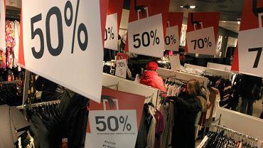 Obniżki cen w jednym ze sklepów odzieżowych