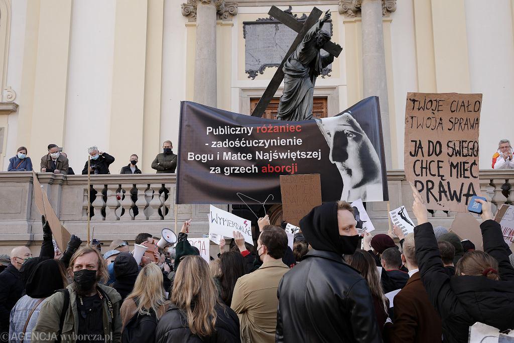 Protesty przed Bazyliką Świętego Krzyża