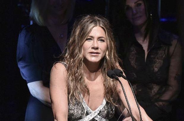 """Jennifer Aniston nadal trzyma się ze swoją """"paczką"""" z serialu """"Przyjaciele"""". Na gali2019 SAG-AFTRA towarzyszyły jej koleżanki z planu. Zobaczcie, jak wyglądały."""
