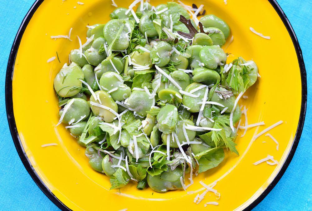 Bób jest pyszny nie tylko solo, ale również w sałatce czy też w postaci smakowitej, warzywnej pasty do pieczywa