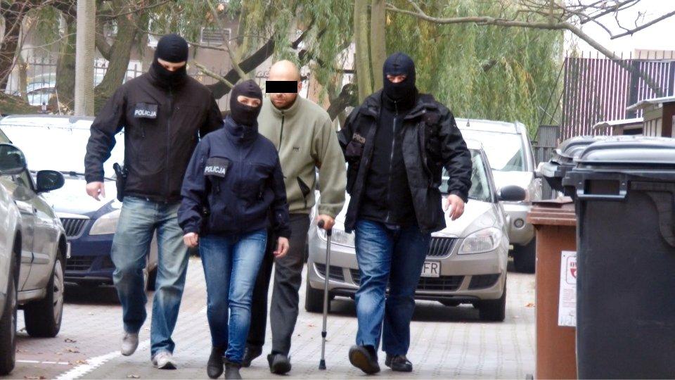 Krystian W., Krystek, jest doprowadzany do prokuratury.