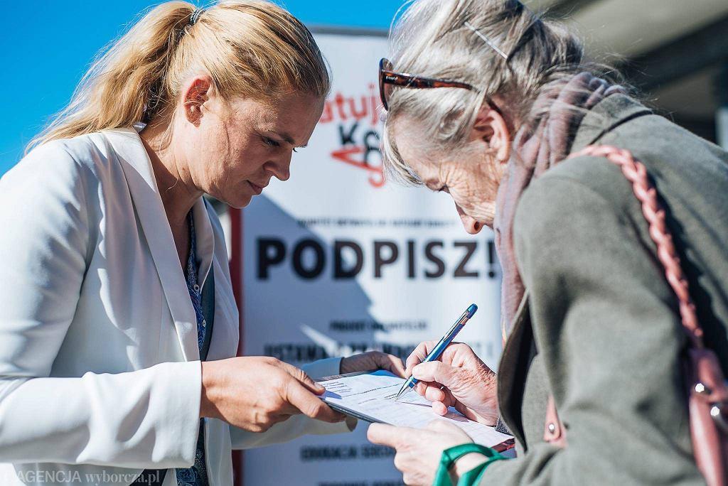 Wolontariuszki i Barbara Nowacka zachęcają do wsparcia projektu obywatelskiego 'Ratujmy Kobiety'. Gdańsk, plac przed kinem 'Krewetka', 7 czerwca 2016