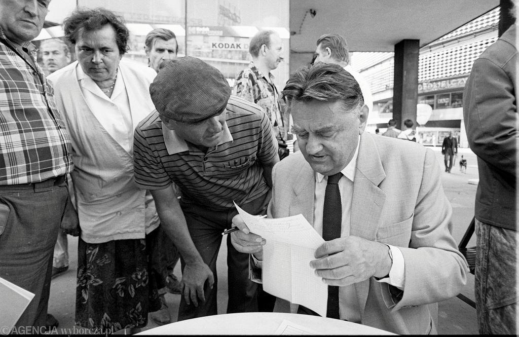Zbiórka podpisów pod projektem nowej konstytucji w Katowicach, 22.08.1994.