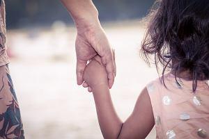 Nadopiekuńczy rodzic może wyrządzić dziecku krzywdę. Jak go rozpoznać?
