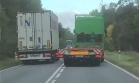 Do sieci trafiło nagranie, na którym widać, jak ciężarówka próbuje wyprzedzić lawetę