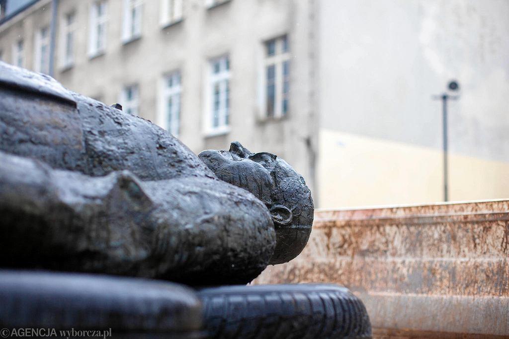 Awantura o pomnik oskarżanego o pedofilię ks. Jankowskiego. Magistrat chciał wywieźć obalony monument, zwolennicy prałata chcieli ustawić go z powrotem. Gdańsk, 21 lutego 2019