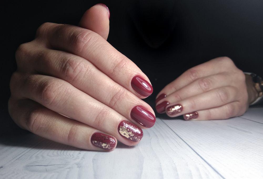 Znudził ci się klasyczny manicure? Postaw na paznokcie w kolorze wina i złota. To propozycja idealna na święta