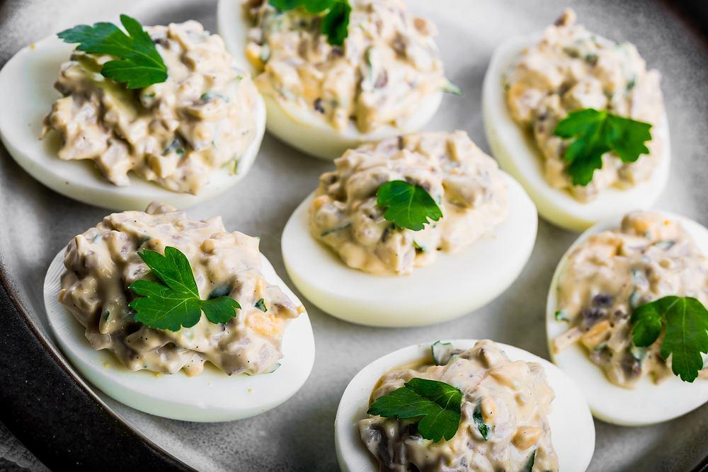Jajka faszerowana to świetna szybka przekąska praktycznie na każdą okazję ( w tym na Wielkanoc czy domową prywatkę)