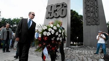 Prezes PiS Jarosław Kaczyński składa wieniec pod pomnikiem Poznańskiego Czerwca 1956. Towarzyszy mu m.in. ówczesny poseł Tomasz G. (z lewej). Poznań, 27 czerwca 2011