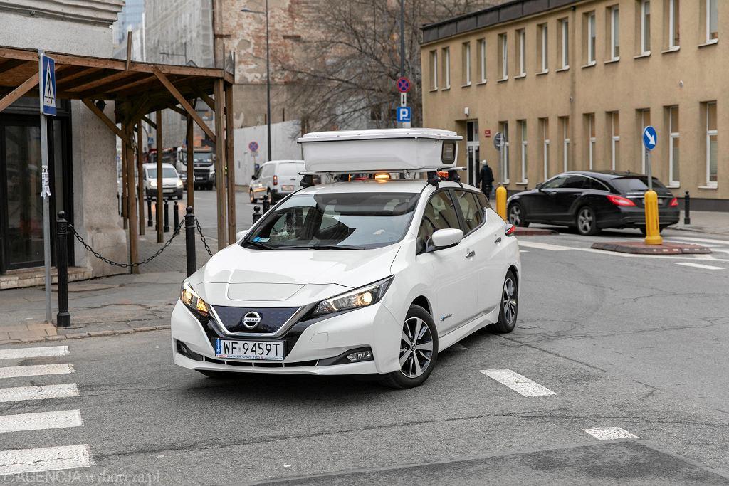 Samochód ZDM z urządzeniem do fotografowania pojazdów stojących w strefie płatnego parkowania