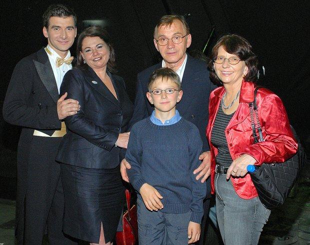 Tomasz Kammel z Katarzyną Niezgodą, swoim ojcem Krystianem Kammelem, macochą oraz przyrodnim bratem
