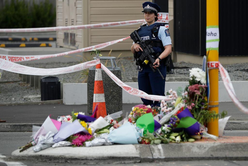 Kwiaty przed meczetem Linwood w Christchurch, Nowa Zelandia, 16.03.2019.
