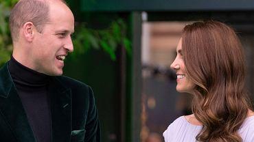 Księżna Kate na ceremonii z czułością patrzy na męża. Jej kreacja wygląda znajomo. A marynarka księcia Williama? Też ją już kiedyś miał na sobie