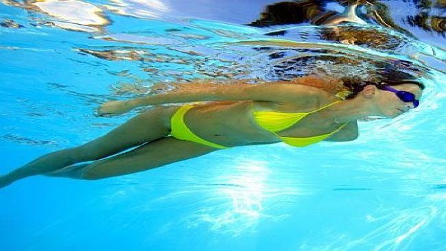 10 korzyści regularnych treningów pływackich