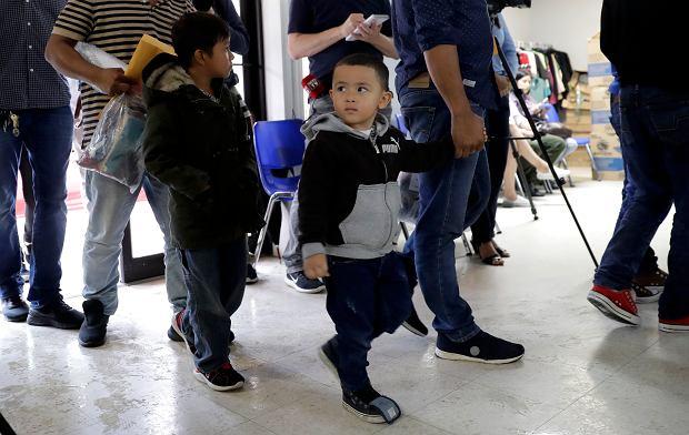 Dzieci imigrantów wypuszczone z opieki służby celnej i imigracyjnej USA