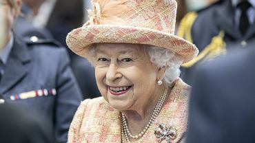 Królowa Elżbieta II jest bardzo radosna za zamkniętymi drzwiami pałacu