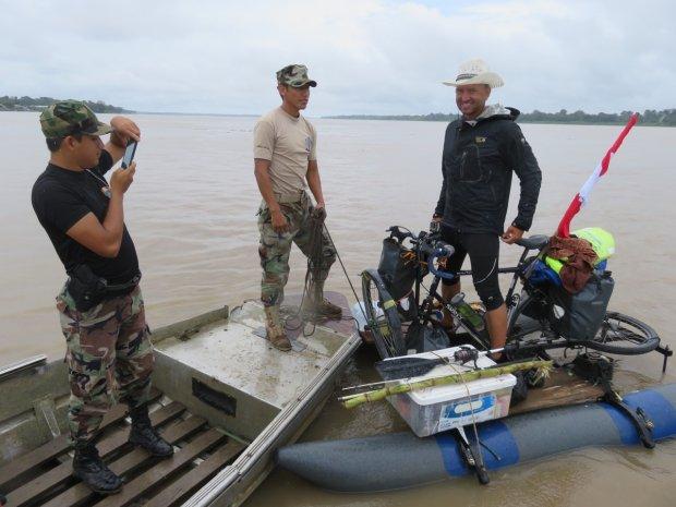 Pierwszy patrol graniczny. Ważniejsze od sprawdzenia dokumentów jest zrobienie przez żołnierza zdjęcia aby pokazać rodzinie.