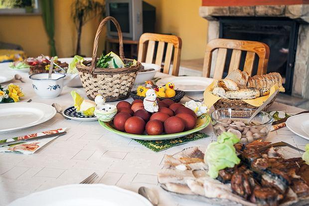Wielkanoc a karmienie piersią: czy karmiąca mama musi rezygnować ze świątecznych potraw?