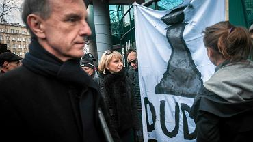 Manifestacja KOD pod siedzibą Radia Kraków. Ten transparent nie spodobał się jednemu ze świadków demonstracji. Właścicieli transparentu wylegitymowała policja. Na pierwszym planie: senator Bogdan Klich