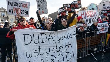 Protestujący podczas wiecu Andrzeja Dudy w Pucku