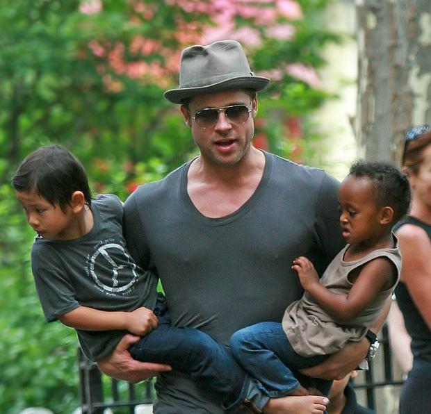 Brad Pitt na spacerze z dziećmi